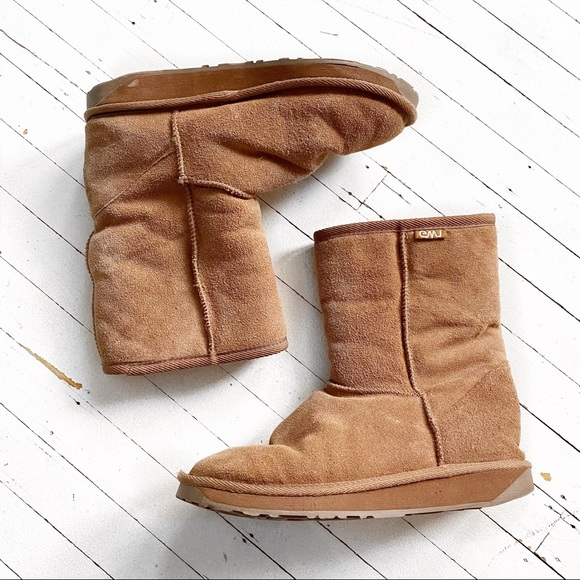 EMU Stinger Lo chestnut boot.